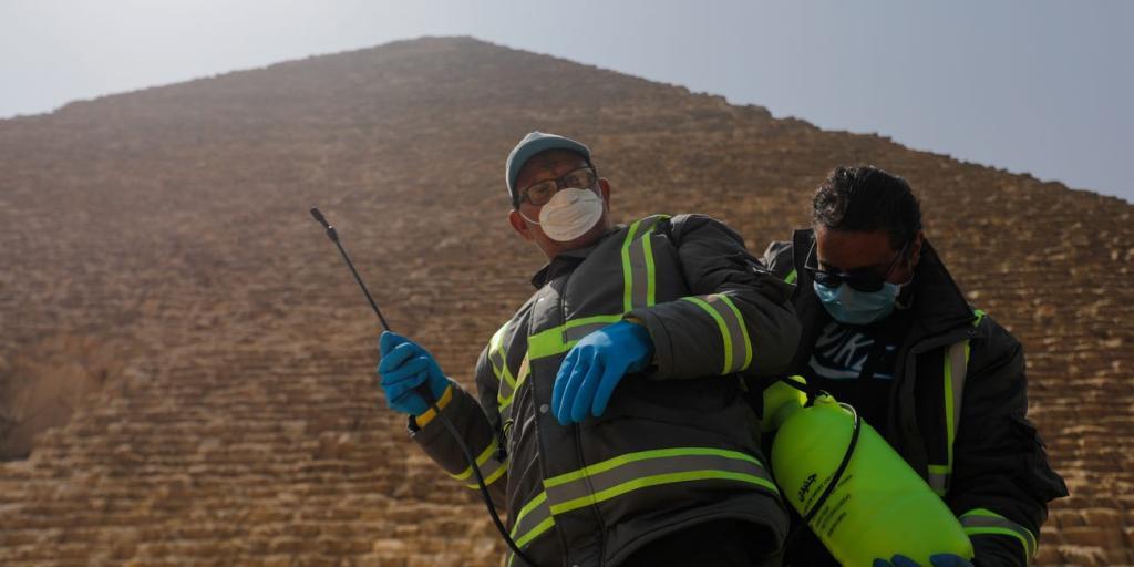 Египет дезинфицирует пирамиды в Гизе после закрытия границ для туристов