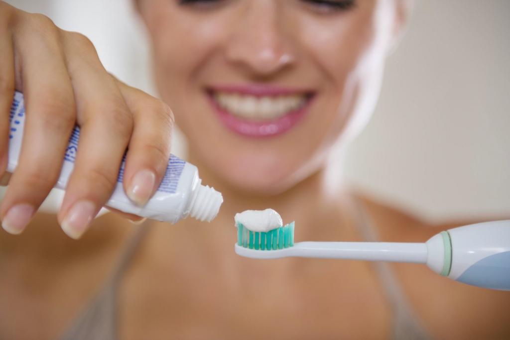 Моем окна и чистим смеситель: 9 лайфхаков для старых электрических зубных щеток