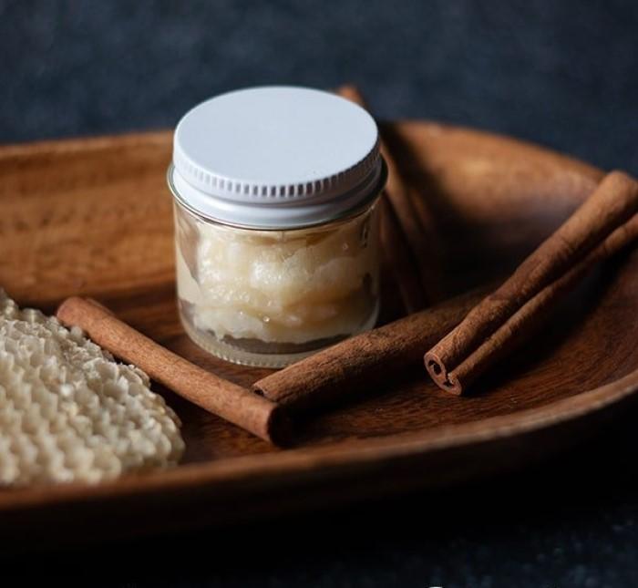 Я забыла об огрубевших и обветренных губах: мой секрет – домашний скраб с корицей и кокосовым маслом