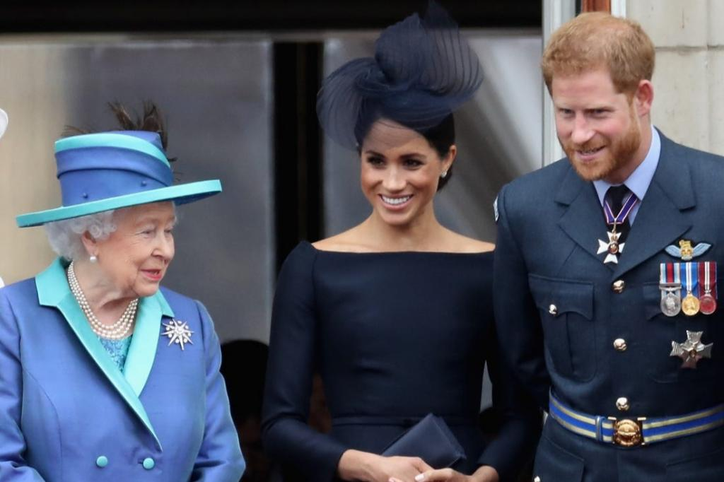 Почему Меган Маркл стала вдруг так мило вести себя с королевской семьей