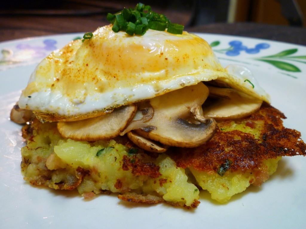 Когда у меня остается картофельное пюре, я готовлю из него необычные оладьи