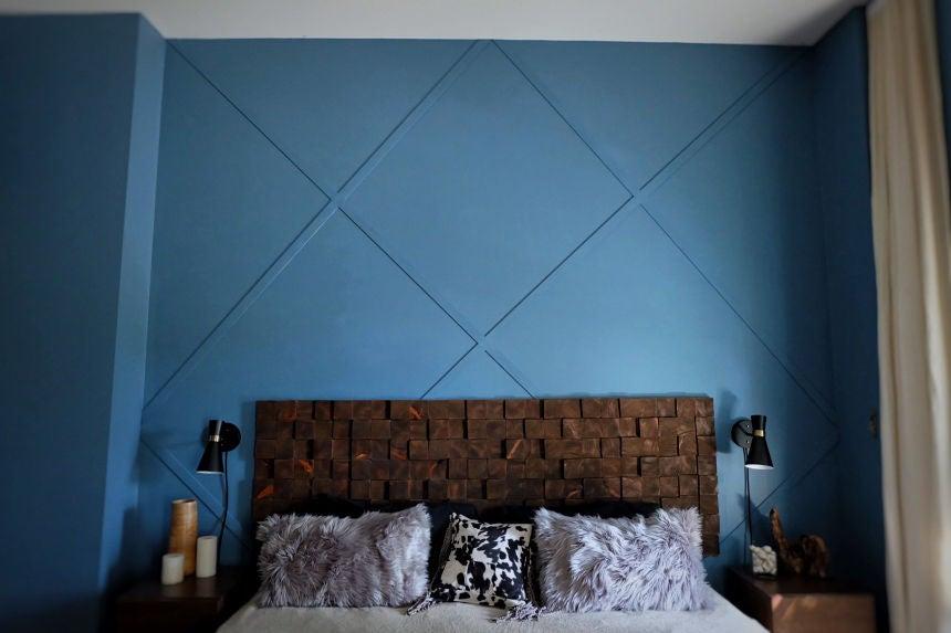 Муж подруги оформил оригинально нашу стену в спальне. Для этого ему понадобились старые доски