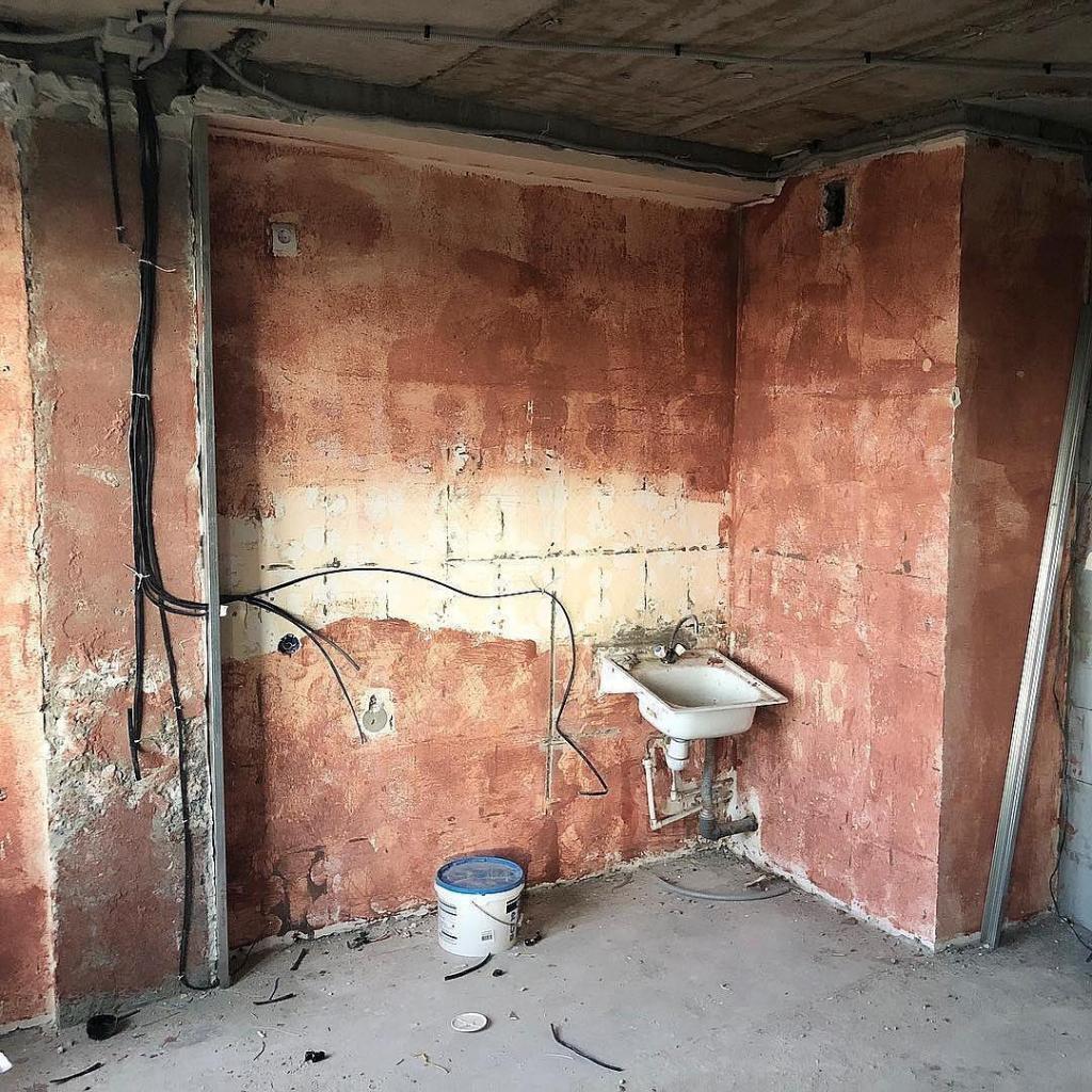 А где холодильник? : Омичи превратили убитую кухню в квартире в райский уголок, но всех интересует один вопрос (фото)