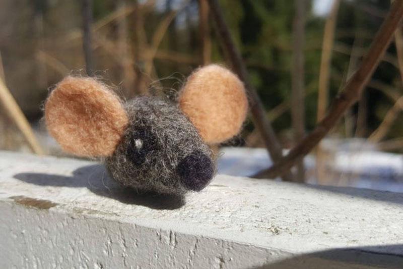 Валяная мышь для кота, набитая кошачьей мятой: легкая поделка с фото