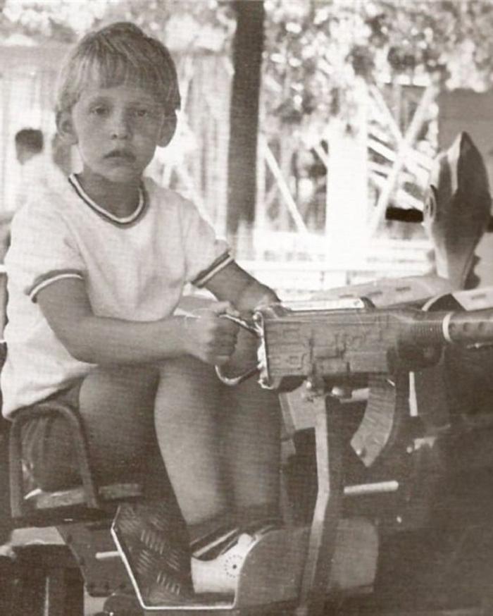 Отец воспитывал этого парня в строгости, но со временем что то пошло не так (он вырос и стал очень популярным, но не военным): фото