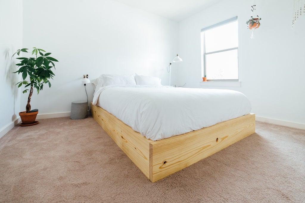Всего 10 шагов: домохозяйка своими руками смастерила кровать из обычных досок