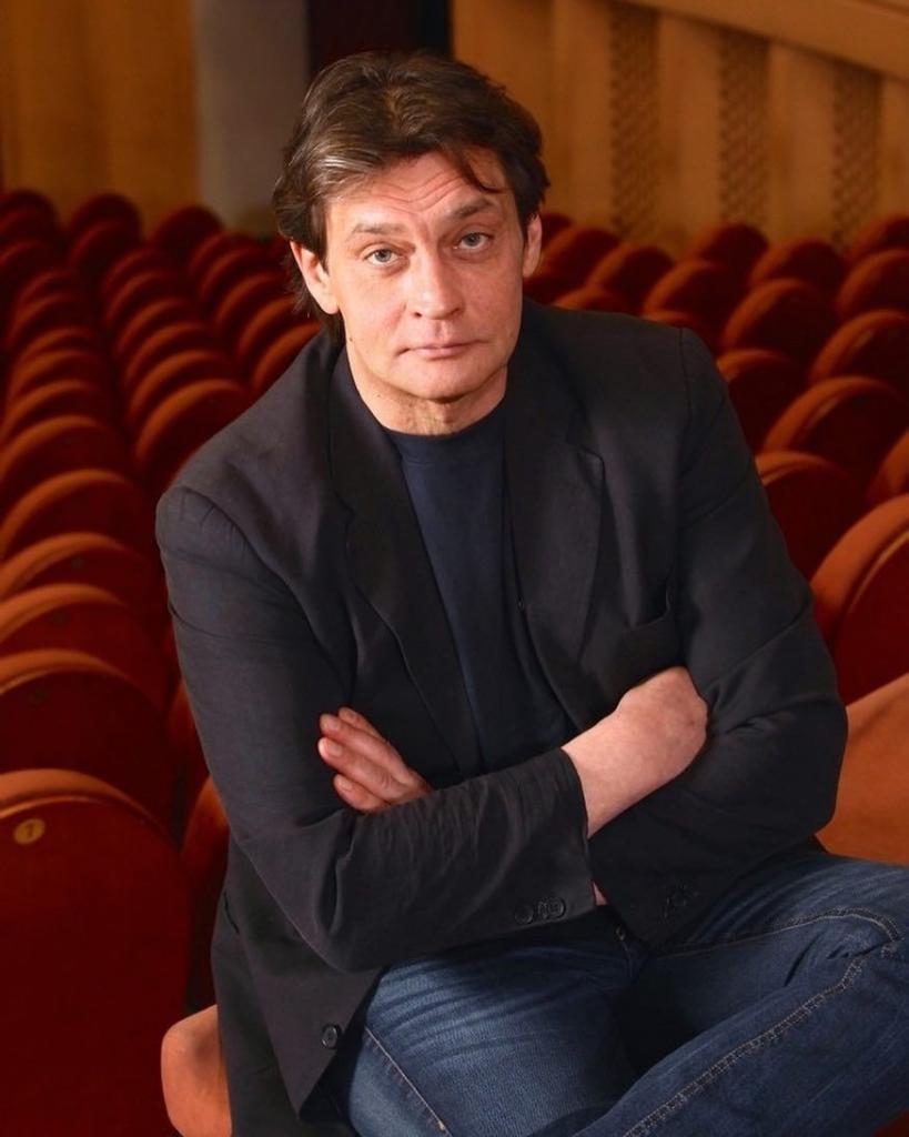 Александр Домогаров   не только талантливый актер, у него прекрасный голос (видео, на котором он исполняет песню Юрия Визбора  Вечная дорога )