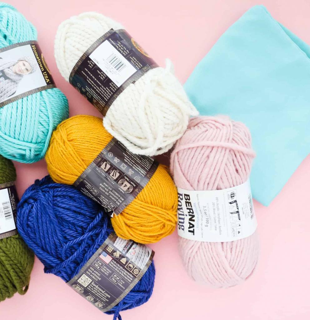 Пряжа, шерсть и помпоны: как сделать красивую декоративную подушку своими руками