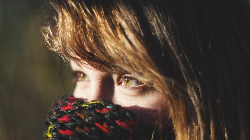 Вместо маски ученые рекомендуют носить специальный шарф. Вирусы через него не проникают