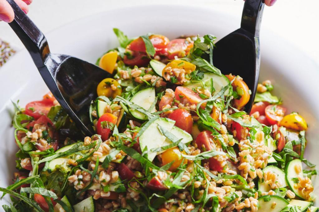 Готовлю овощной салат с томатами черри, кабачком и рукколой. Добавляю ячмень для питательности