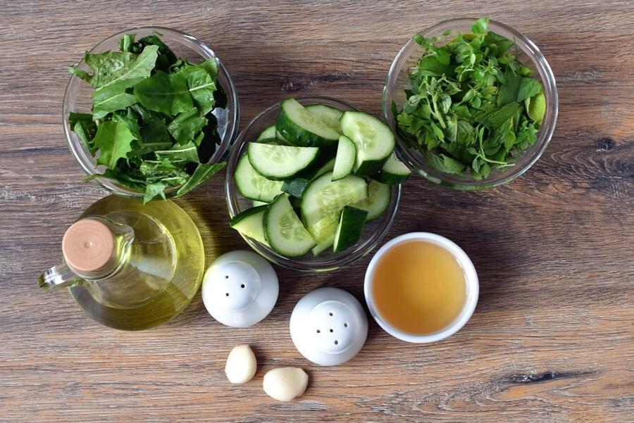 Ужинаю холодным супом из огурцов и зелени. И вкусно, и калорий мало