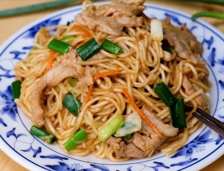 Простенько, но очень вкусно. Подружка показала способ готовки свинины с лапшой, которому ее научили в Японии