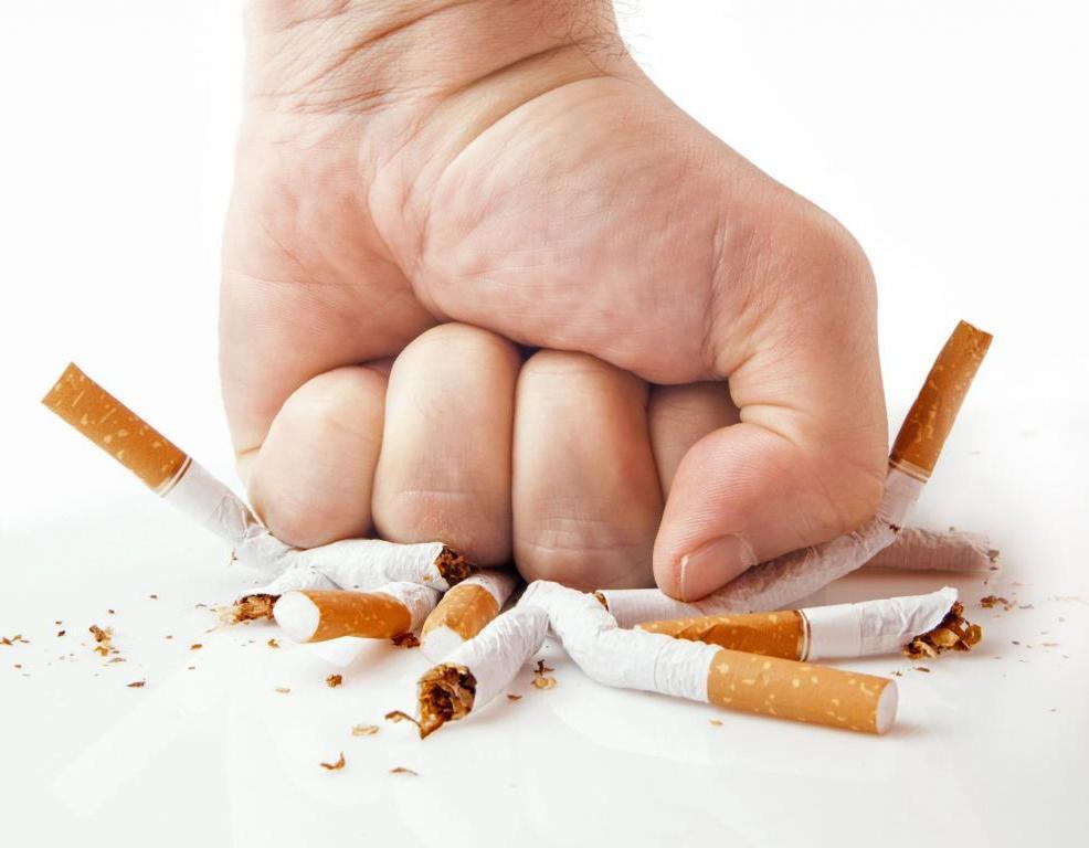 Ведущие пульмонологи говорят, что пандемия коронавируса дает еще один повод отказаться от курения