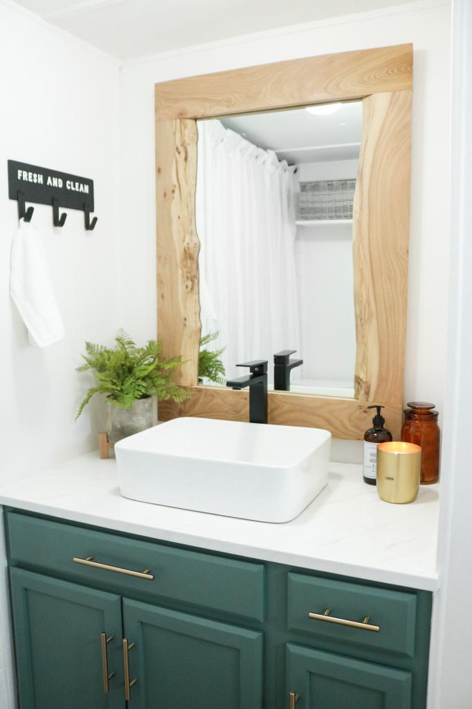 Необработанное дерево красиво смотрится в интерьере: делаем стильную раму для зеркала в ванную комнату