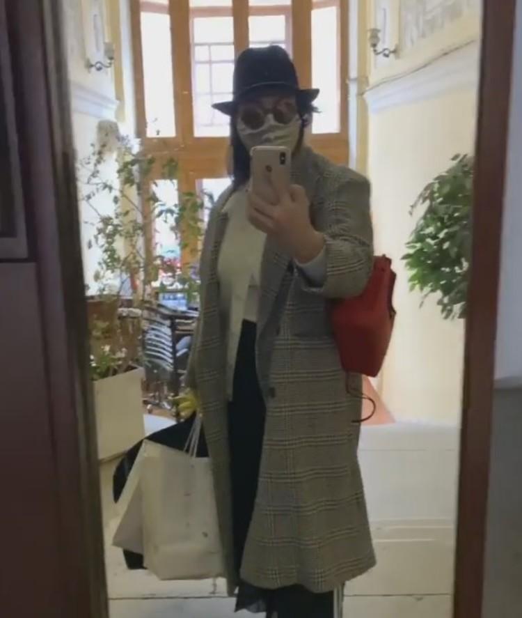 «Шапка, маска на лице, косуха и леггинсы с красными лампасами»: телеведущая Екатерина Андреева показала, в чем ходит на работу