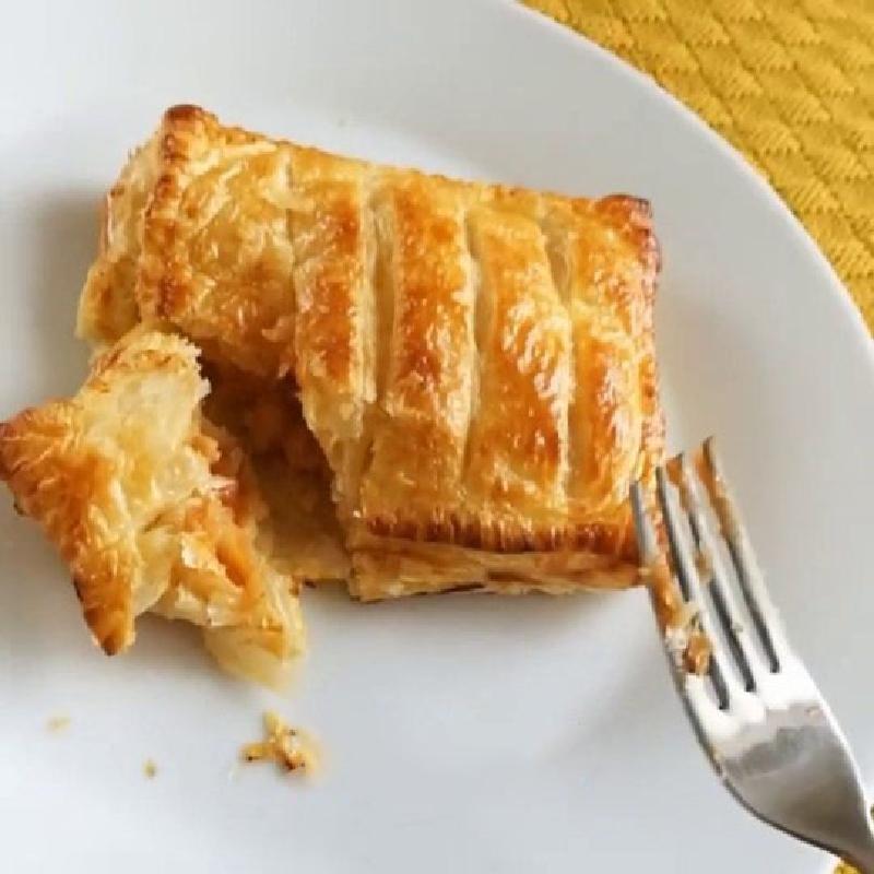 На перекус часто пеку слоеные булочки из консервированной фасоли и сыра, также можно добавить сосиску