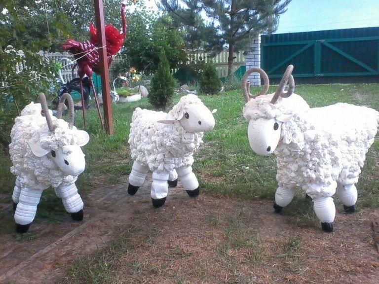 Когда увидела, каких овечек для сада сделал мой сосед, ахнула: оказалось, все что нужно – монтажная пена и пластиковые бутылки