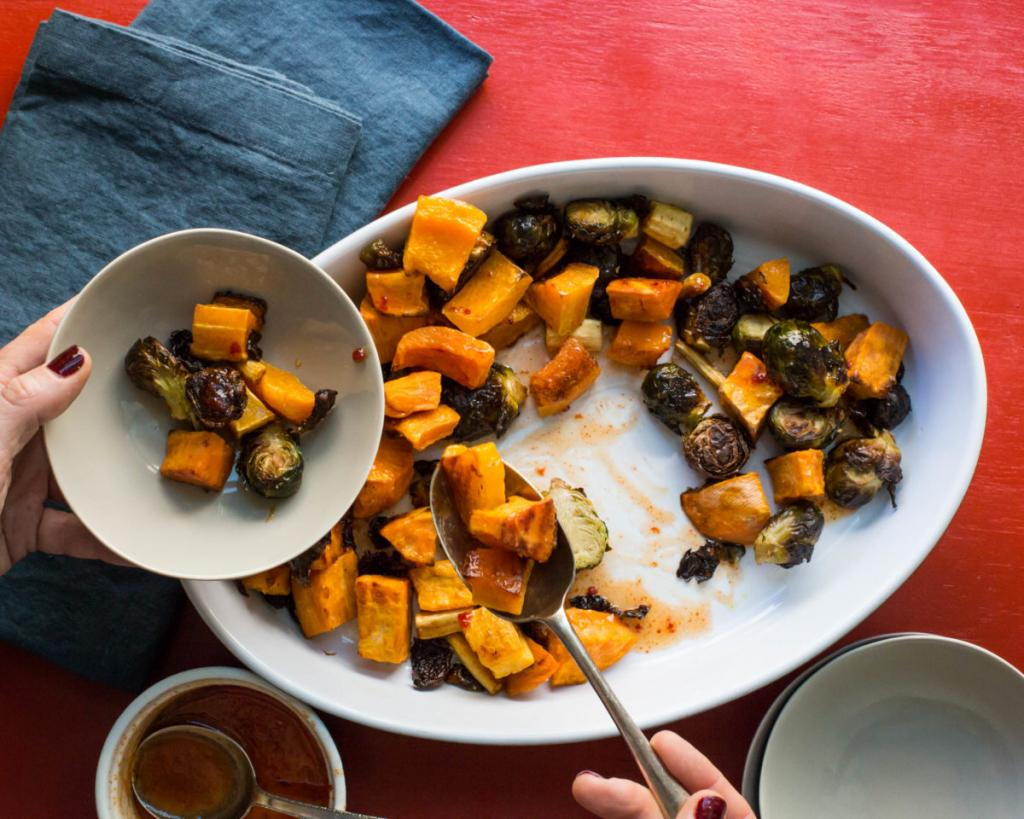Овощи могут быть вкуснее. Запекаю брюссельскую капусту, батат и тыкву, поливаю все медовым соусом и подаю к столу
