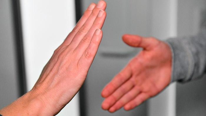 Поздороваться и не заразиться. Как вежливо избежать рукопожатия