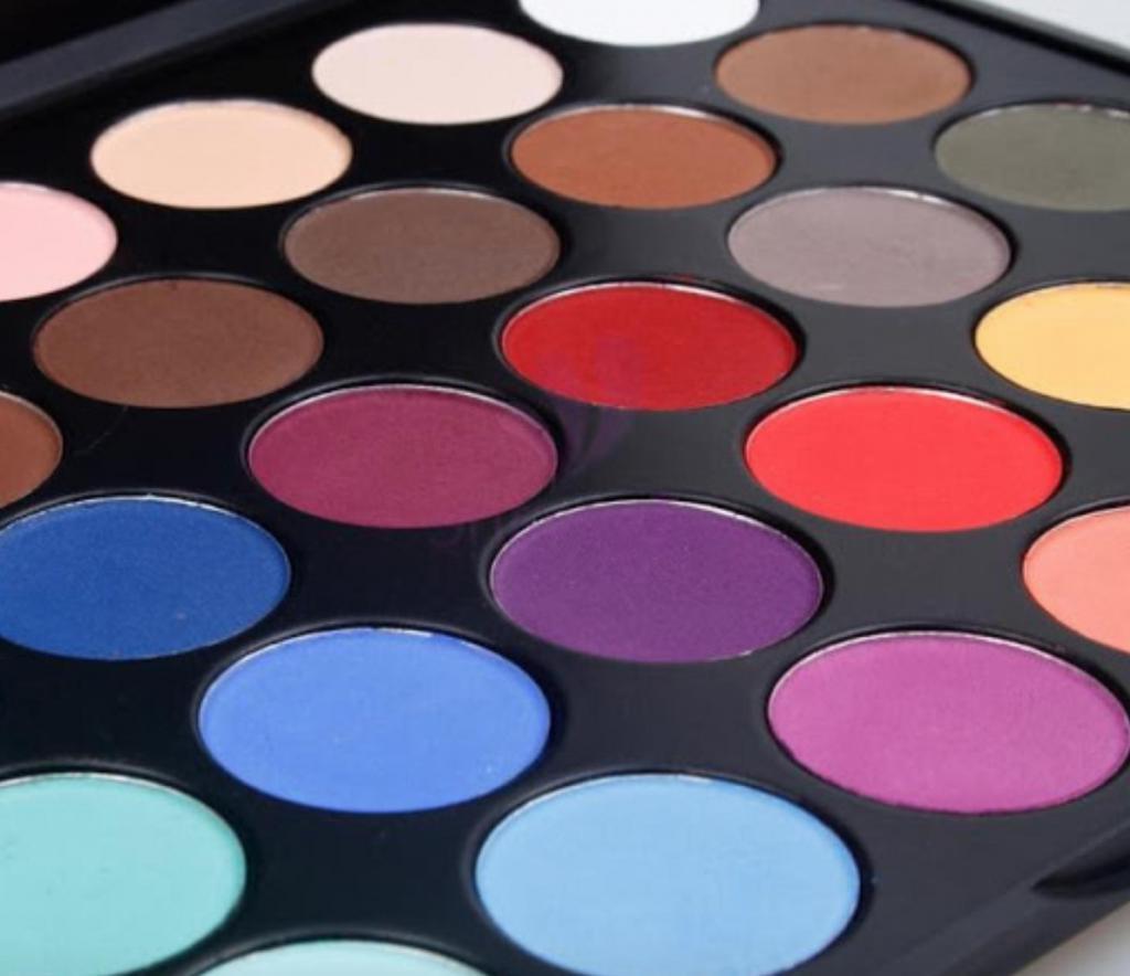 Макияж для онлайн-свидания: какого цвета тени подойдут представительницам разных знаков зодиака