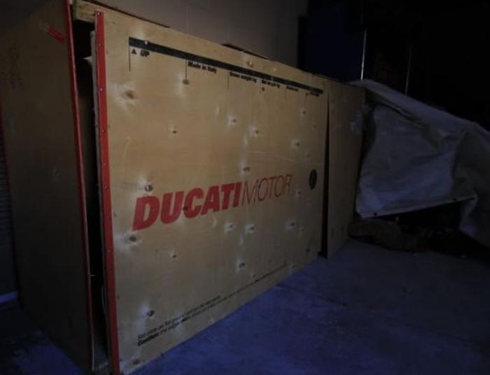 Владелец не забрал большую посылку. Через 10 лет сотрудники склада решили открыть ее