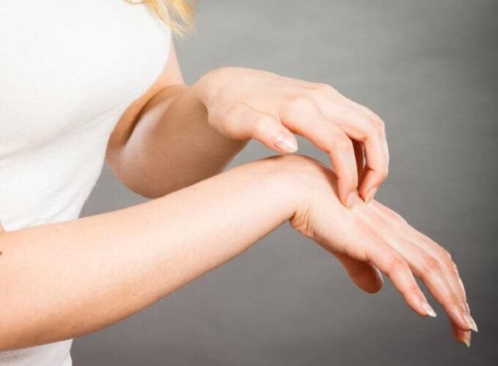 От частого мытья рук и использования антисептиков кожа стала сухой. Мне помогла маска из сметаны, желтка и лимона