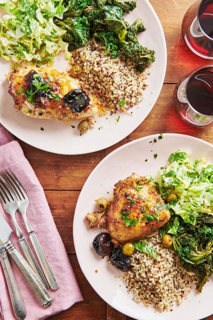 Готовлю на праздники очень вкусную курицу. Добавляю чернослив, оливки и вино. Для того чтобы сделать корочку, использую сахар