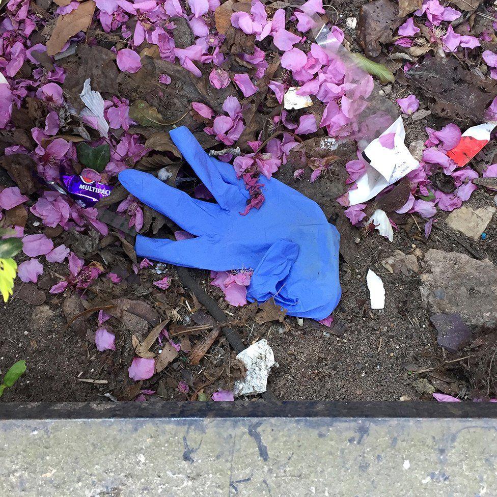 Коллаж из фотографий выброшенных перчаток. Мужчина на прогулках снимал на камеру одноразовые перчатки – они повсюду