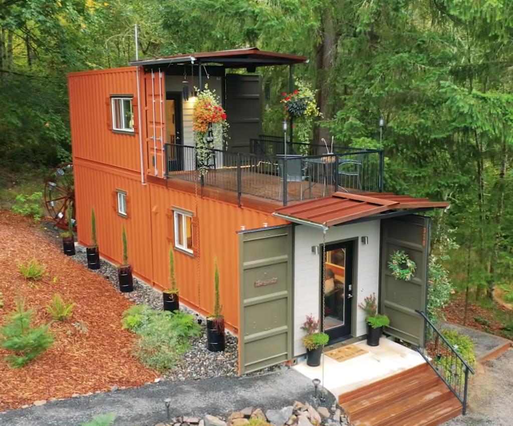 Бесподобен и внутри, и снаружи: супруги построили из контейнеров уютный двухэтажный домик за городом (фото)