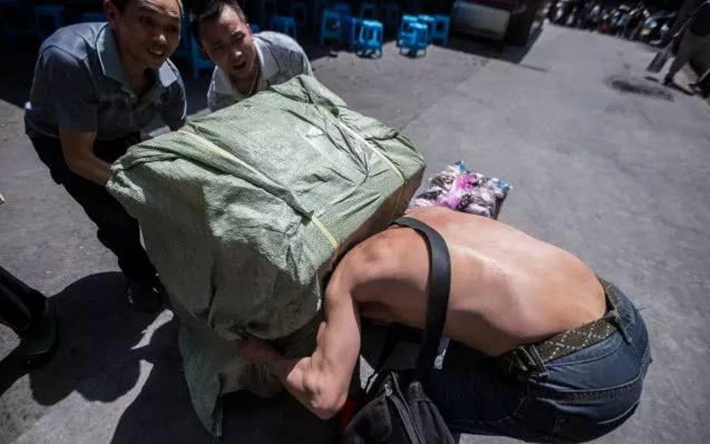 Нес на себе 100 кг груза. Прошло 10 лет, и фотограф решил узнать судьбу мужчины