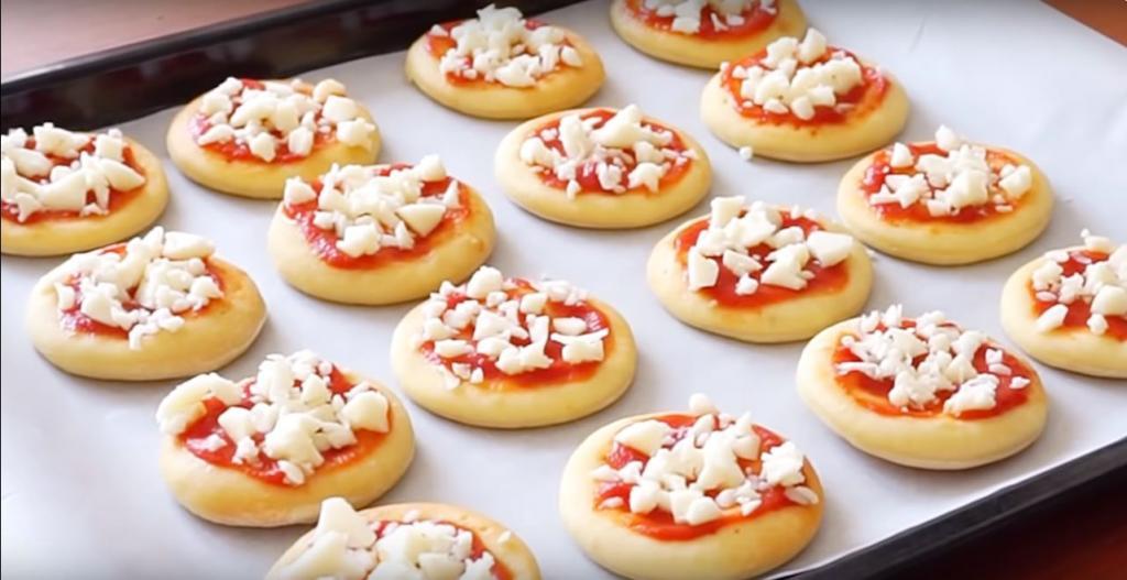 На выходных делаю про запас мини пиццы, которые можно хранить в морозилке: простой рецепт