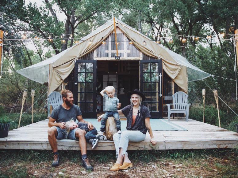 Уже 3 года Зак и Кэти живут в палатке площадью 30 кв. метров. В сложившейся ситуации семья считает это большой удачей, а не проблемой