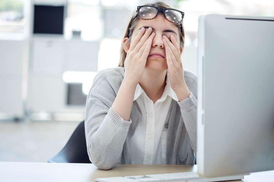 Целыми днями сижу за компьютером. Подруга сказала, если я не займусь йогой для зрения, совсем испорчу глаза