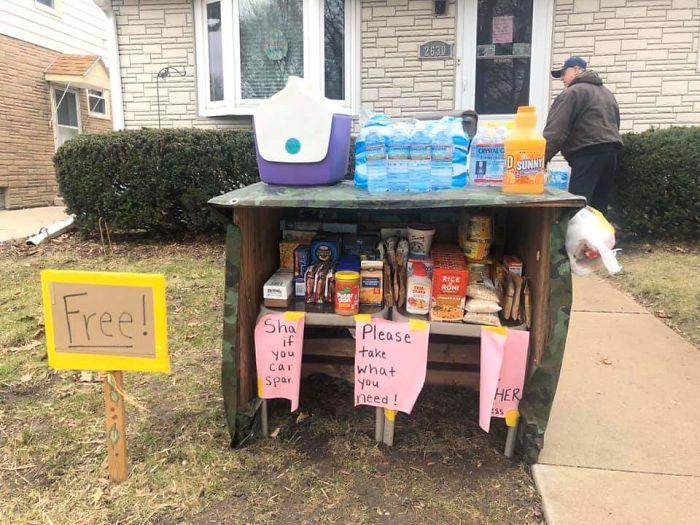 Для тех, кто на карантине, семья организовала около своего двора мини-кладовку с продуктами и предметами первой необходимости