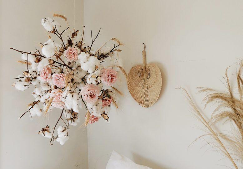 Вместо цветочного венка решила сделать более интересное украшение из цветов: висящий шар из роз и хлопка