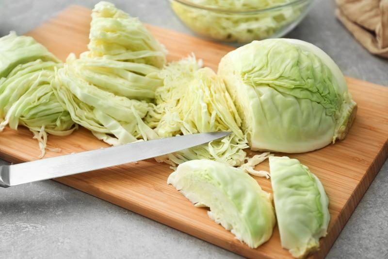 Решила укрепить организм витаминами   купила в магазине вилок капусты и приготовила свежий салат со сливочно лимонной заправкой