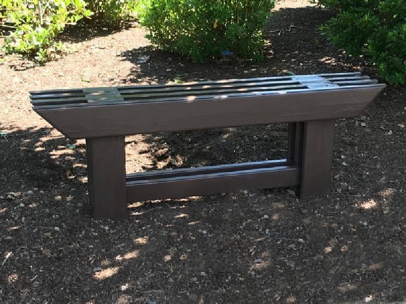 Смастерил садовую скамейку в японском стиле: осталось только посадить сакуру, и будет совсем как в Японии