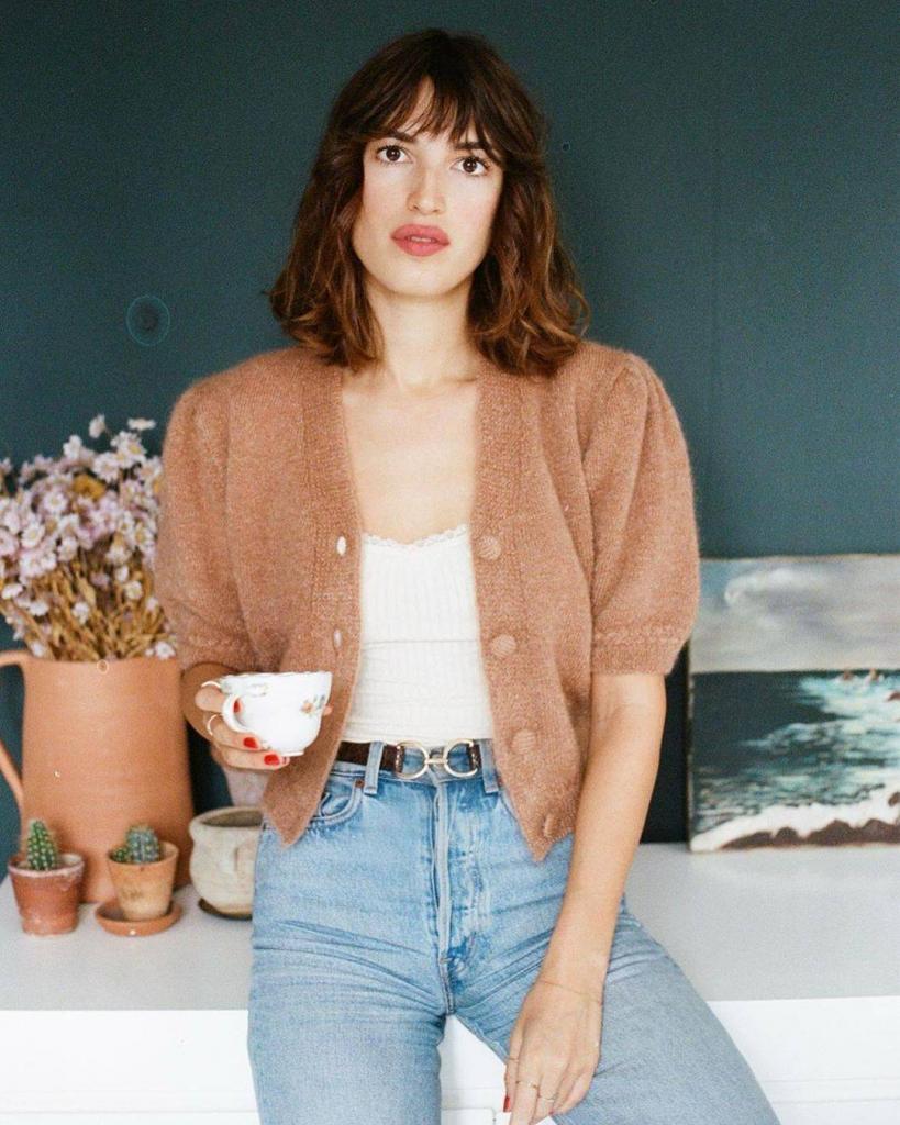 Французские девушки показали, как одеваться стильно и удобно. Свободные джинсы, кардиганы и атлас