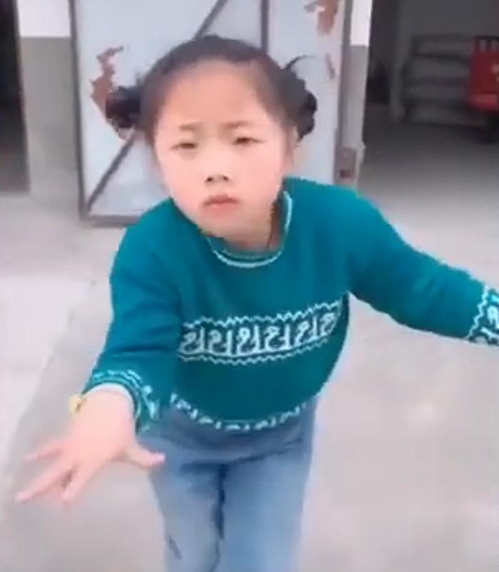 Танцует так, что позавидует любой взрослый. Маленькая китаянка восхитила интернет (видео)