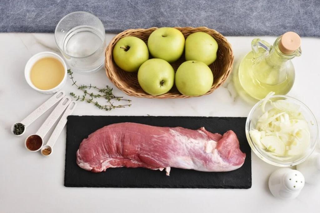 Делаю вкусные свиные отбивные с соусом из яблок: рецепт
