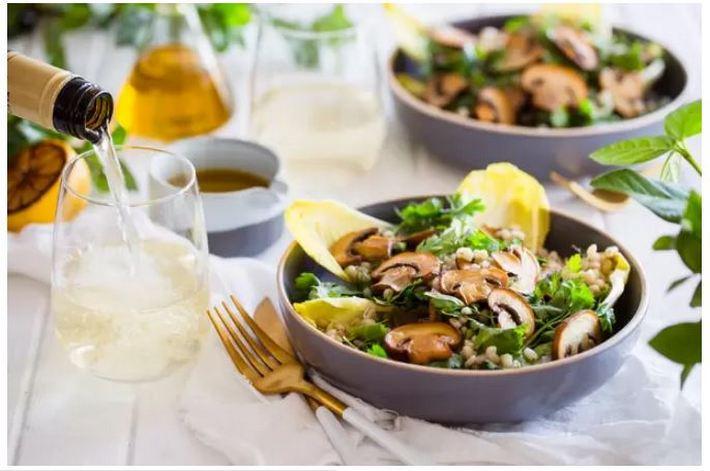 Грибы добавят вкуса любому блюду, будь то мясо, рис и или же паста, а в сочетании с белым вином взрыв эмоций обеспечен (рецепт)