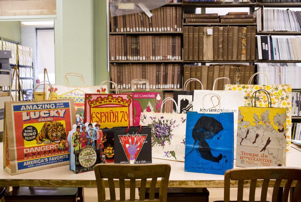В одной из библиотек Ньюарка хранится более 2000 сумок для покупок. Их задача - рассказать местную историю