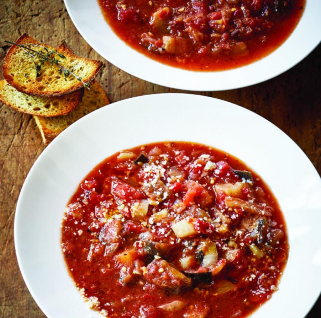 Куриный бульон, баклажаны и много томатов. Именно так выглядит витаминный и очень вкусный суп