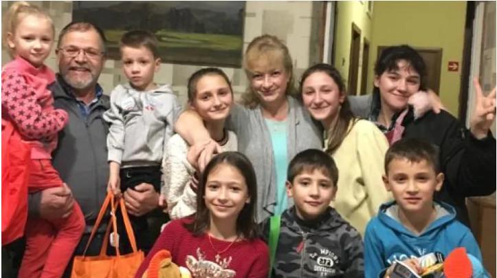 Канада: семья с 8 усыновленными детьми вернулась из Украины и проходит карантин