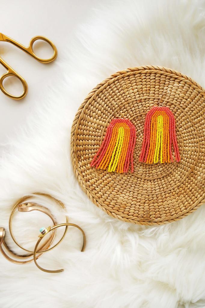 Дорогу теплым и ярким оттенкам: как сделать красивые серьги из бисера своими руками
