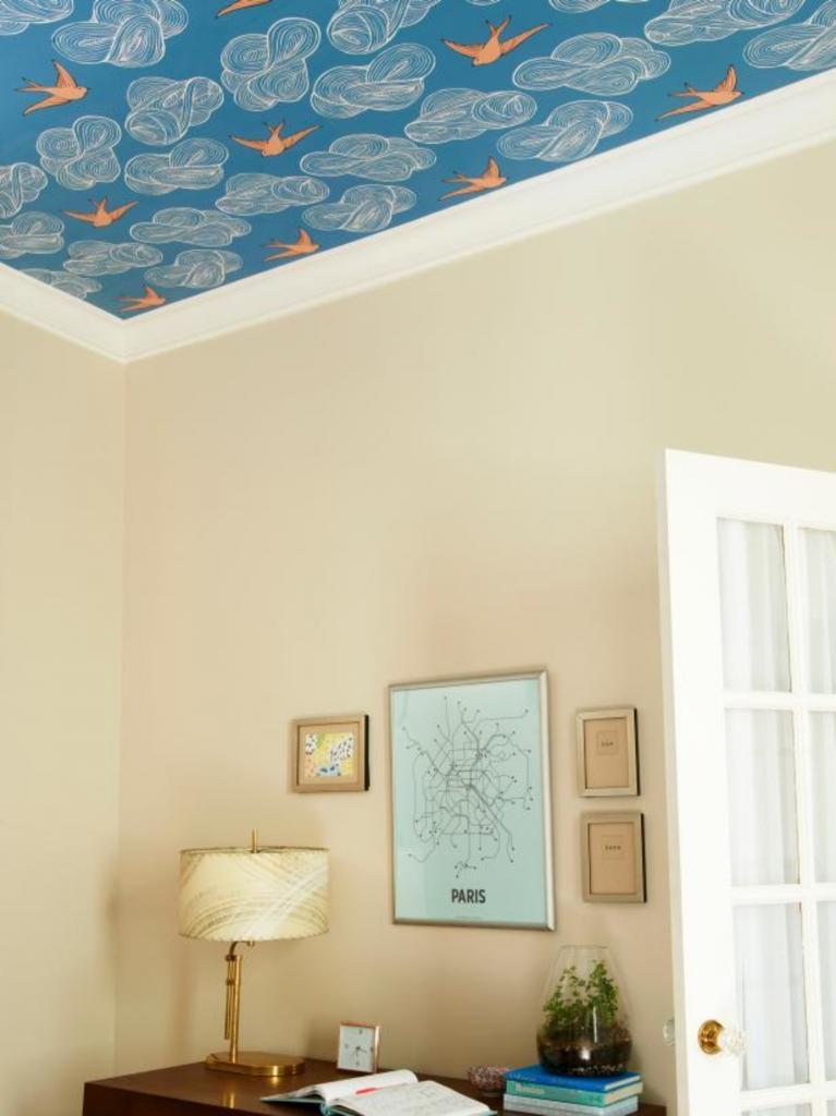 Очень простой способ освежить комнату: самостоятельно обклеиваем потолок обоями или красивым рисунком