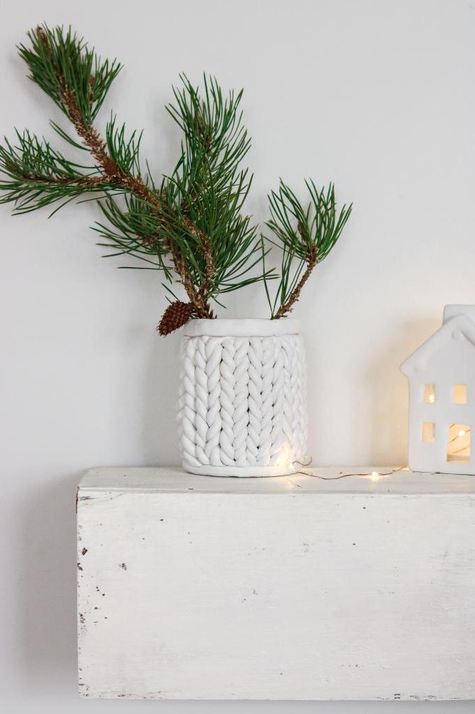 Чудеса из глины: как сделать красивую вазу из консервной банки с рельефом, имитирующим вязаный свитер