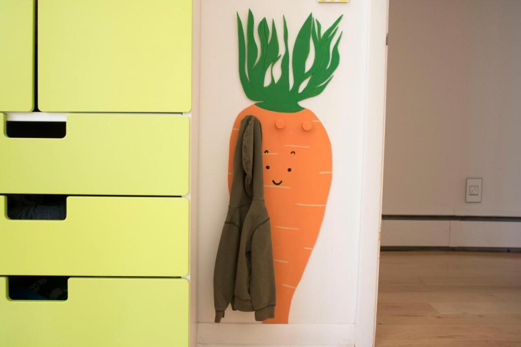 Придумали, как сделать для детской яркую и веселую вешалку в виде моркови: инструкция