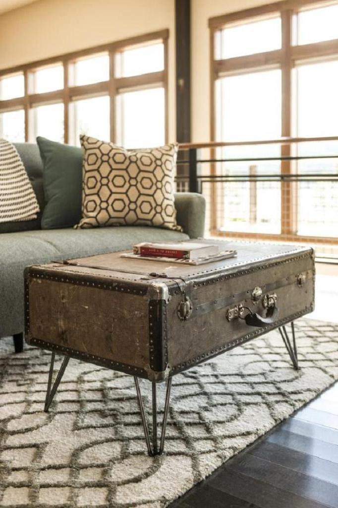 Старый чемодан превратила в винтажный журнальный столик: выглядит очень стильно
