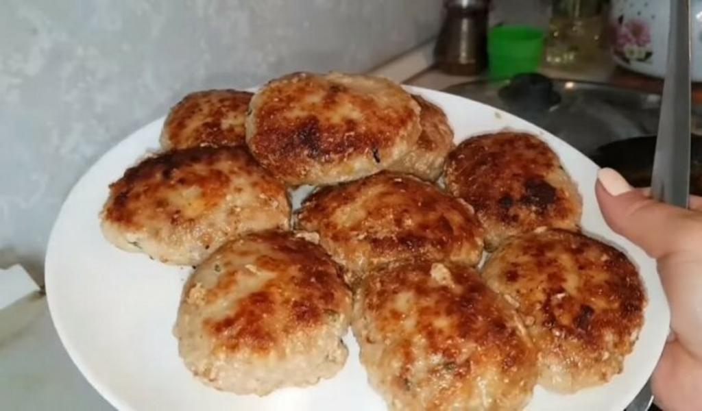 На вкус как люля-кебаб. Приготовила свиные котлеты без добавления хлеба с маринованным луком — гости оценили